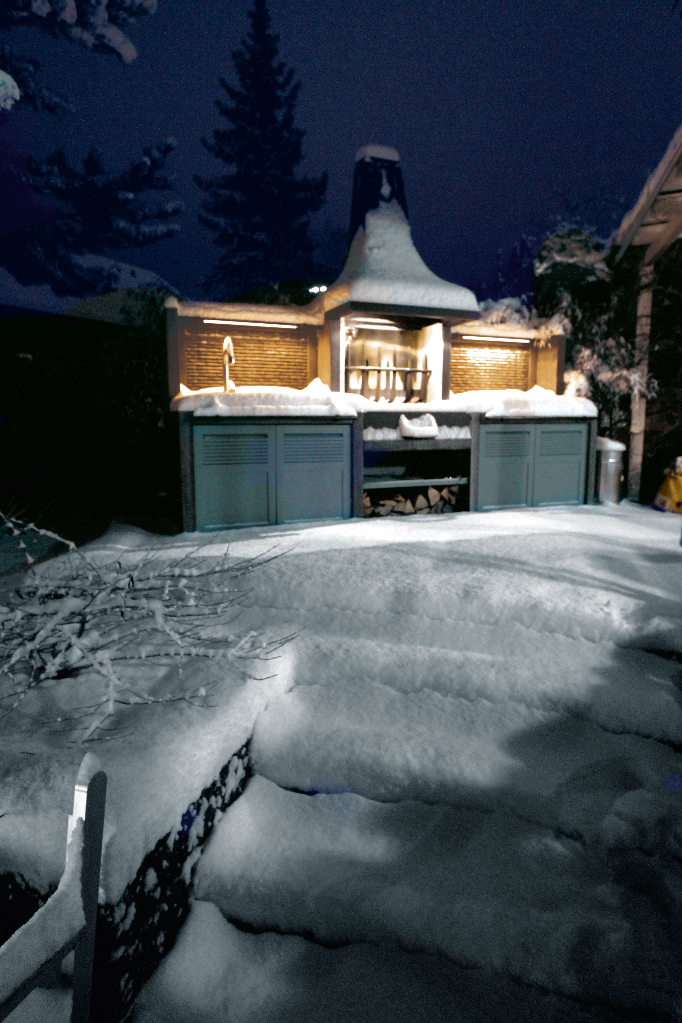 The best protection in wintertimes for the outdoor kitchen is snow